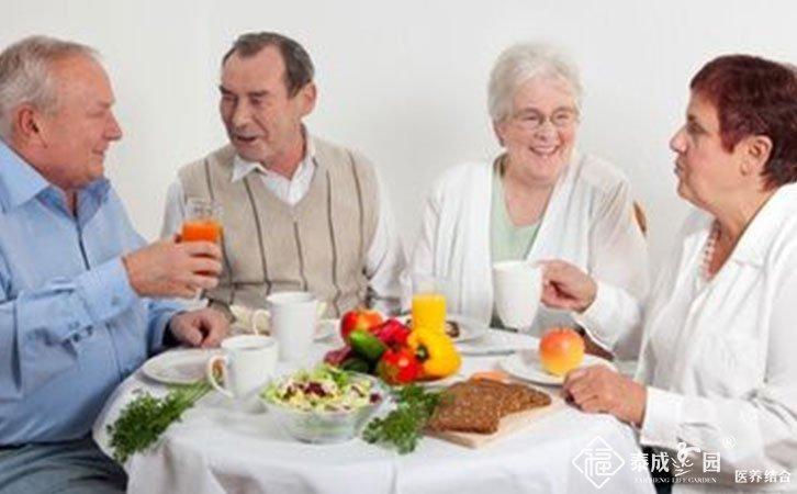 老年人适量吃些零食利于